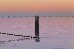 链子到美好海的日落里 免版税图库摄影