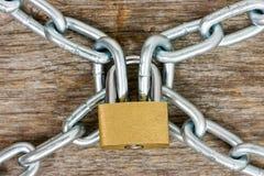 链子和挂锁在木背景 免版税库存照片