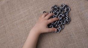 链子手中由的金属制成在帆布 库存照片