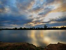 链子报道水平的伊利诺伊湖湖轻的o橙色摄影天空日落表面美国 库存图片