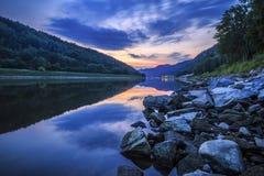 链子报道水平的伊利诺伊湖湖轻的o橙色摄影天空日落表面美国 图库摄影