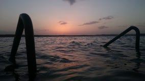 链子报道水平的伊利诺伊湖湖轻的o橙色摄影天空日落表面美国 免版税库存图片