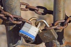 链子给挂锁装门 免版税库存照片