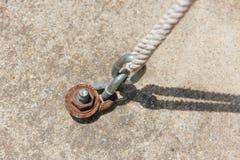 链子紧固与水泥和绳索 图库摄影