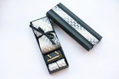 链扣、领带、领带夹、手帕和礼物盒 库存图片
