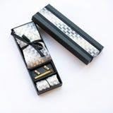 链扣、领带和领带夹,在礼物盒的手帕 免版税库存图片