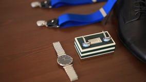 链扣,手表,黑鞋子,蓝色悬挂装置 股票录像
