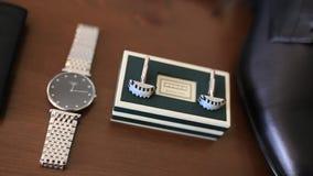 链扣,手表,黑鞋子,蓝色悬挂装置 影视素材