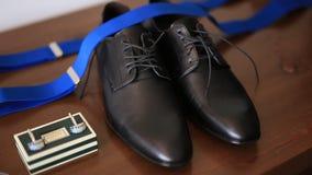 链扣,手表,黑鞋子,蓝色悬挂装置 股票视频