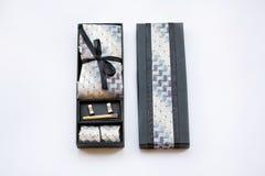 链扣,领带,领带夹,在箱子的手帕 库存照片
