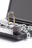 链膝上型计算机挂锁安全丝毫 免版税库存照片