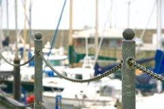 链绳索( fence)沿港口墙壁边缘  免版税库存照片