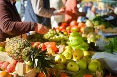 销售、购物、消费者至上主义和菠萝在杂货市场上 库存照片