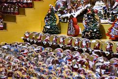 销售与许多雪地球和圣诞节装饰品的摊位待售 库存照片