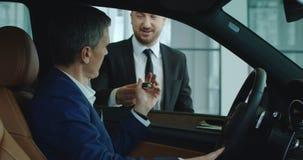 销售主任给钥匙顾客 库存照片