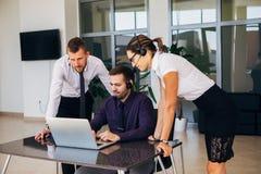 销售助理与计算机一起使用在办公室 图库摄影
