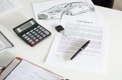 销售合约、钥匙、笔和计算器 图库摄影