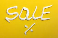 销售和百分号在黄色背景 免版税图库摄影