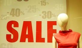 销售在商店,前景的时装模特 免版税库存图片