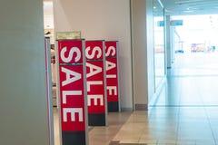 销售在商店,在入口的一个标志购物中心 免版税图库摄影