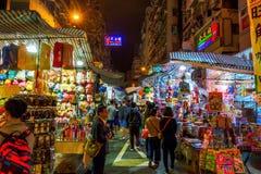 销售场面在寺庙街道,香港,在晚上 免版税库存照片