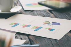 销售报告和图表在工作场所特写镜头的 图库摄影