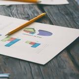 销售报告和图表在木桌上的 免版税库存图片