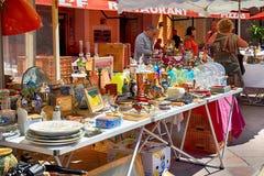 销售摊位在著名古色古香的市场Cours Saleya上在尼斯, 免版税库存图片