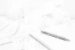 销售收据、笔记本和笔 库存图片