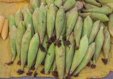 销售新鲜的玉米 免版税库存图片