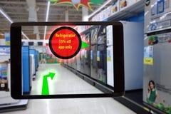 销售显示特别PR的概念,聪明的被增添的现实,顾客举行的事互联网片剂看产品 免版税库存照片