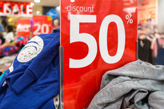 销售标志50%在衣物商店 免版税库存照片