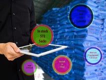 销售概念,所有者商店用途被增添的现实的事互联网处理产品在库存和检查平均出售, profi 免版税库存图片