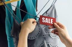 销售用妇女手 免版税库存图片