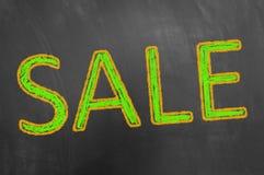 销售白垩在黑板或黑板的文本广告 图库摄影