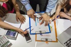销售队谈论关于销售收入 库存图片