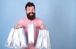 销售额和贴现概念 微笑的面孔购物的shopaholic的行家使上瘾或 有胡子的人和髭运载 免版税库存图片