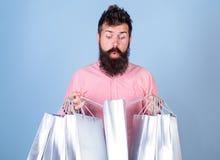 销售额和贴现概念 震惊面孔购物的shopaholic的行家使上瘾或 在销售季节的人购物与 图库摄影