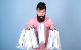 销售额和贴现概念 震惊面孔购物的shopaholic的行家使上瘾或 有胡子的人和髭运载 库存图片
