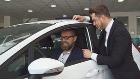 销售主任咨询关于汽车的顾客 股票录像