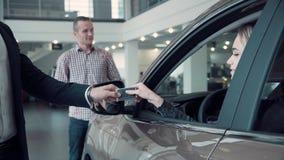 销售主任给客户从汽车的钥匙 库存图片
