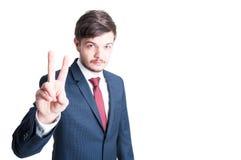 销售经理或销售供以人员做和平姿态 免版税库存图片