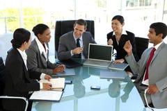 销售主管队会议在证券交易经纪人行情室 免版税图库摄影