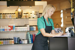 销售画象辅助在美容品商店 免版税库存图片