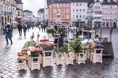 经销商在集市广场的出售花 库存照片