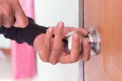 锁匠为开放的用途工具被锁的门 库存图片