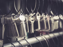 锁匠钥匙商店事务在束的许多keychains 免版税库存照片