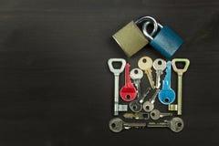 锁和钥匙在一张木桌上 爱和幸福的新的标志 锁和心脏 重点关键字 锁着的爱 库存照片
