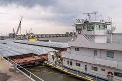 锁和水坝在密西西比河,拖轮 免版税图库摄影