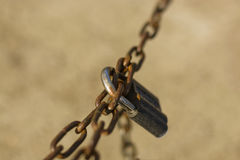 锁在一个生锈的链子 库存照片